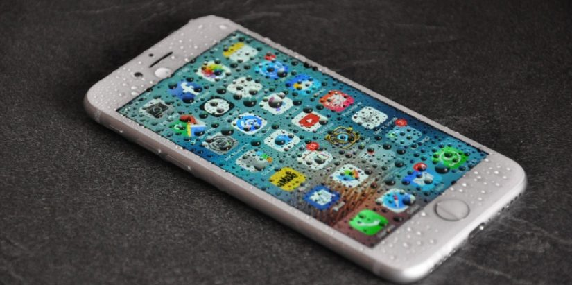 iPhone cade in acqua